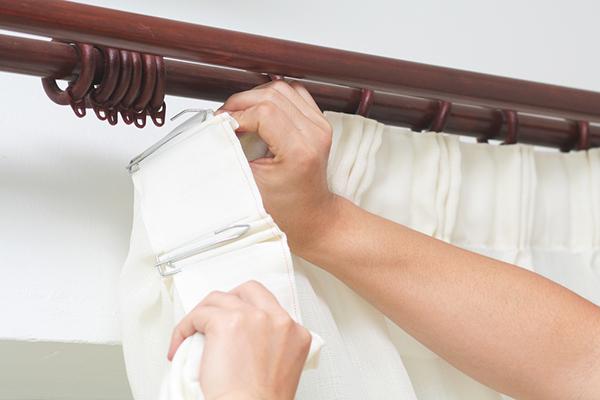 colocando cortinas600